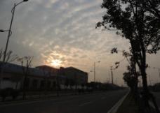 夕阳西下 乌云密布图片
