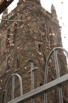 教堂外的铁门图片