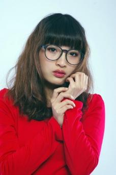 冬日红衣美女图片