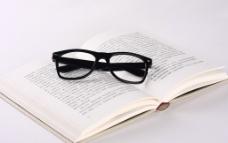 书籍和眼镜图片