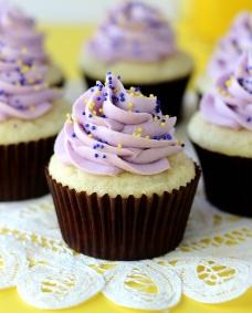 浪漫紫色纸杯蛋糕图片
