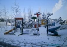 雪地上的滑梯图片
