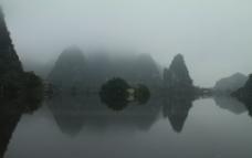 湖边石山图片