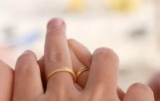 戴戒指的双手图片
